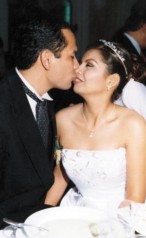 Érika Haydeé  Elizondo y Gustavo Woo Ávila, el día de su boda.