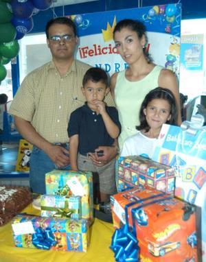 Andrés Viramontes González celebró sus tres años de vida en compañía de sus padres, Gabriel Viramontes Ibarra y Virginia E. González de  Viramontes y su hermana Daniela.j
