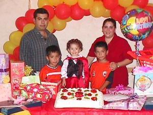 Angie Maldonado Mata en su tercer aniversario de vida, acompañada de sus padres César Maldonado y Verónica Mata y sus hermanos.