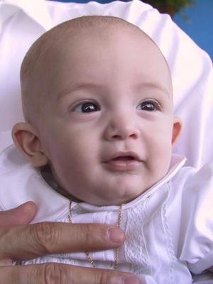 Con el nombre de Diego Alberto fue bautizado el hijo de los señores Alberto Marcos y Farah de Marcos.