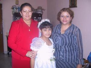 Itzel Alejandra Mireles Rentería realizó su Primera Comunión, la acompañan su mamá, María Eloísa Mireles y su madrina Toñita Escobedo.