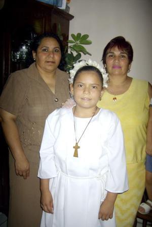 María Fernanda Hernández Ojeda realizó su Primera Comunión, la acompañan su mamá Adriana Hernández Oejda y su tía Marcela Hernández Ojeda.