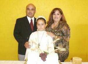 Maryfer Domínguez Zuno realizó su Primera Comunión, es hija de los señores Roberto Domínguez y Norma Zuno de domínguez, quienes la acompañan.