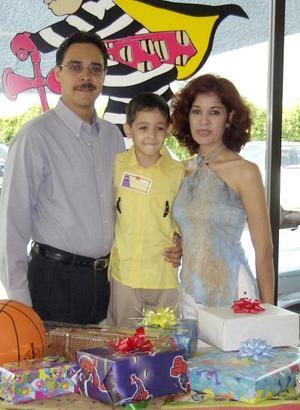 Ricardo Alonso con sus papás Ricardo garcía y Minerva Ramos en su quinto cumpleaños.