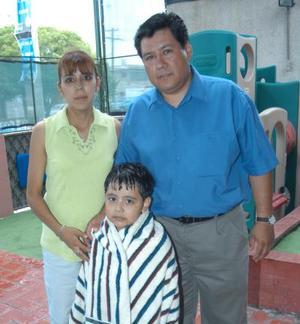 Ricardo Rangel el día que celebró su sexto aniversario de vida acompañado por sus padres Ricardo Rangel y María de Lourdes Flores.