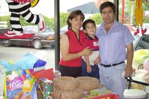 Rogelio Arturo junto a sus padres, Rolando Vargas y Cecilia Graciano, el día de su cumpleaños.