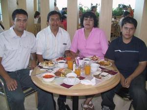 Eddy Inés Woo, Aracely de Woo con sus hijos Ricardo y Alejandro.