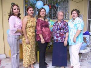 Cristina Araceli Silva fue homenajeada con una fiesta de regalos para bebé, organizada por la familia Silva Martínez.