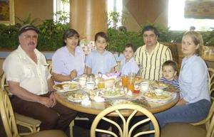 Estela y Carlos Molina, Guadalupe y Andrés Molina y los pequeños Steven, Carlos  y Alonso Molina captados en un restaurante de la ciudad.