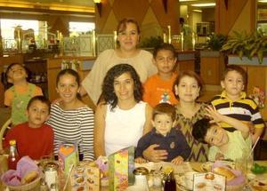 Gloria de Cabrero, Patricia de Blancarte, Laura de Larata y Rosy de López en compañía de sus respectivos hijos.