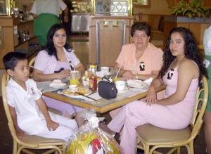 Héctor José Borjón Valles, María del Refugio Valle, Candelaria Romero y Tere Arriaga.