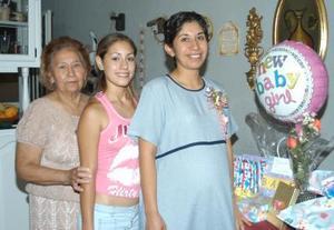 Idalia Silva de Alonso al lado de las anfitrionas de su fiesta de canastilla, Dary Alonso de Esquivel y Ana Luisa Revueltas Esquivel