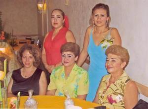 Laura Elena Félix con algunas invitadas en su segunda despedida de soltera, ellas son, Teresita Ulloa, Irma Félix, Hortencia Félix  y Alma.