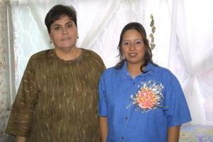 Lorena Sotomayor García acompañda de la organizadora de la fuesta de regalos, Lupita de Canales, que le ofreció en honor a su futuro hijo.