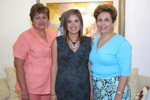 Massiel Manzanera de Anaya eb Compañía de ka anfitriona de su fiesta de canastilla, Elena Kessier de Anaya y su mamá, la señora manzanera