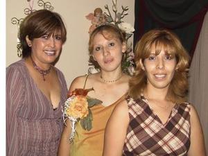Thalía Montelongo de Rentería junto a las anfitrionas de su fiesta de canastilla, Rocío y Raquel Magallanes