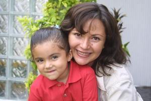 Alma Chapa de Soriano con su hija Aluri Michá Soriano Chapa.