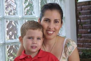 Benjamín Hunter Uribe con su mamá Dora U. de Hunter.