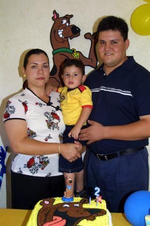 José Luis Contreras Zertuche, con sus papás Karen Ríos Zertuche Regalado y José Luis Contreras..