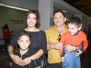 Flor de Ontiveros y Gerardo Ontiveros con sus hijos Diego y Emilio Viajaron a Los Ángeles, Cal. en plan vacacional