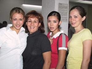 Marcela, Gaby y Bárbara García y Bárbara fr García fueron captadas en el aeropuerto local, en espera de un familiar.