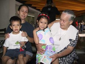Para visitar a su familia se trasladó a Tijuana, Manuela Rodríguez, la despidió Graciela Ibarray sus nietos Nadia y José Salas.
