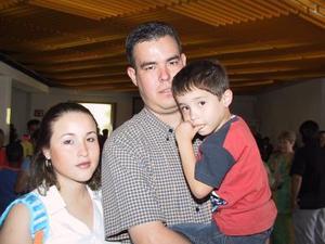 Rosalinda Salazar y Carlos Arturo Ramos con su hijo Arturo viajaron a Mazatlán.