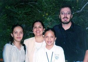 Juan José Hurtado Izaguirre y Leticia de la Cruz con sus hijos Mariana y Cecilia.