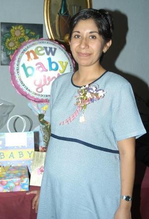 Por el cercano nacimiento de su bebé idalia Silva de Alonso fue festejada con una fiesta de canastilla.