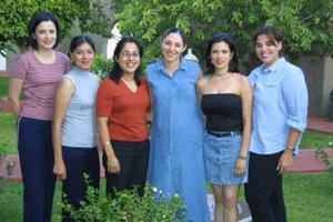 Saida Aydín Hijar de Reynaldo aparece con las anfitrionas de su fiesta de canastilla, Hilda Beltrán Arizmendi, Olga Plata Torres y Adriana Regalado Plata y otras invitadas.
