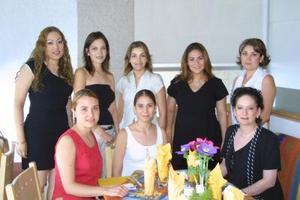 Un grupo de damas acompañan a María Teresa Fernández en su fiesta de canastilla.