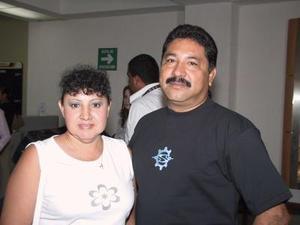 El piloto Armando Benítez viajó a la Paz, B.C., en plan de trabajo, fue despedido por su esposa Evangelina de Benítez .