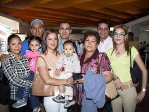 Partieron a San Diego en plan vacacional, Socorro, Javier, Ana Lucía, María Elena, Jesús y Elizabeth, los despidió en el aeropuerto Elter Peniche y Joel Escobedo.