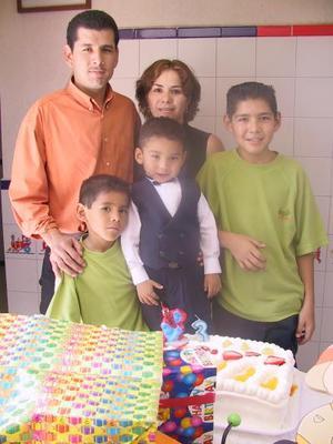 Abraham Ernesto con sus papás Enrique Izaguirre Castillo y María Isabel Sánchez y sus hermanos Enrique y Luis Eduardo, en el festejo que le ofrecieron por sus tres años de edad.