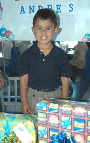 Andrés Viramontes González cumplió tres años de edad y fue festejado por sus papás Gabriel Viramontes Ibarra y Virginia E. González de Viramontes.