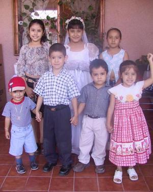 Itzel Alejandra Mireles rentería con un grupo de primos asistentes al convivio que le ofreció su mamá María Eloísa Miresles con motivo de Primera Comunión.