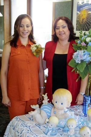Lourdes Ramírez acompañada de Linda Ramírez, una de las anfitrionas de su reunión de regalos