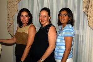 Martha Barocio de González, con las anfitrionas de su fiesta de  canastilla, Silvia Garza  de Galindo y Francisca Garnica de Vázquez