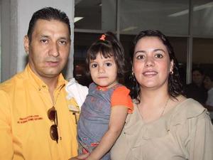 Alfonso Gómez viajó a los Angeles, Cal., para asistir a un curso de capacitación, lo despidió Delia Pérez de Gómez y su hija Mayela Gómez.