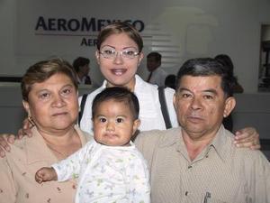 Partieron a Mérida y Cancún, en plan vacacional, Pedro Moreno. Silvia de Moreno, Zoila Moreno y la niña Andrea Moreno Nájera.