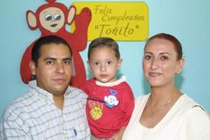 Toñito Reyes Sordo con sus papás Antonio Reyes y Olga Sordo en el festejo que le ofrecieron por su segundo aniversario de vida .