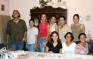 Blanca Patricia de Názer Gómez econ un grupo de amigos asistentes a su fiesta de cumpleaños.