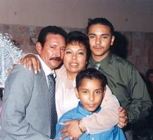 Delia Galván de Reyes, acompañada de su esposo Agustín Reyes Rojas y de sus hijos Israel  José Francisco Reyes Galván.