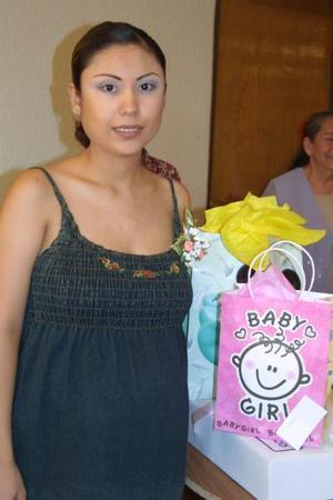 La familia Herrera  y un grupo de amigas le ofreció un fiesta de regalos para bebé a Argentina Palomo Valenzuela Herrera..