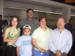 A la Ciudad de México viajaron Laura Gómez Rafael Gómez López y Laura López. Los despidieron Raúl Castellanos y Rafael Gómez.
