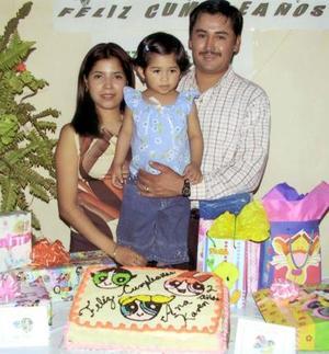 Ana Karen Gurrola López cumplió dos años de vida y sus padres, Miguel Gurrola y Adriana López de Gurrola la festejaron con una piñata.