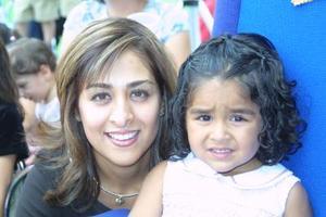 Gabriela Villarreal de Lara cumplió tres años de edad, en la gráfica la acompaña su mamá, Gaby de Lara