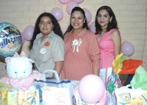 Julieta Sepúlveda de Bonilla junto a su mamá y su hermana en la fiesta de canastilla que le ofrecieron.