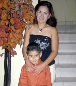 Laura Karina Gómez Sánchez celebró recientemente su cumpleaños en compañía de su hijo Jesús Armando.