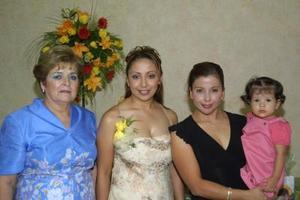 Patricia Anaya de la Torres acompañada de su mamá Carmelita de Anaya, su hermana Adriana y su sobrina Alexa en su despedida de soltera.